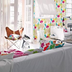 Dekoracyjne poduszki E-Botanico w kolorowe kwiaty. Fot. Esprit Home.