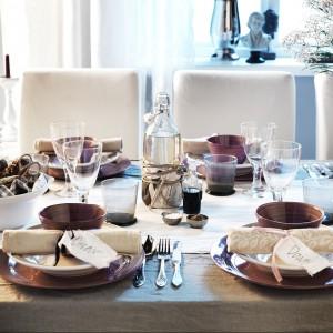 Zastawa stołowa z kolekcji Forsla od IKEI. Zainspirowana tradycyjnymi talerzami i miskami, wygląda jakby została wykonana ręcznie. To dlatego kształty naczyń są takie niedoskonałe. Wszystkie naczynia można myć w zmywarce i używać w mikrofalówce. 7,99 zł (miska), 29,99 zł (półmisek), 15,99 zł (talerz), 12,99 zł (talerz głęboki).