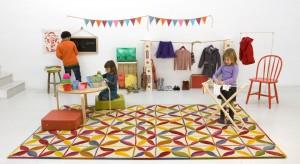 Dywan to znakomity pomysł, by urozmaicić wygląd podłogi w pokoju dziecka. To także sposób, aby zabezpieczyć nasze maluchy przed zimnem bijącym z parkietu i umilić im zabawę.