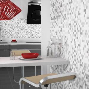 Mozaika z kolekcji Mates od firmy Togma. Piękne połączenie bieli i różnych odcieni szarości. Dostępne formaty: 25x25 cm, 5x5 cm. Fot. Togma.
