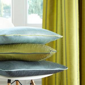Dzięki pastelowym poduszkom szybko rozjaśnisz wnętrze. Fot. Jemas Hare.