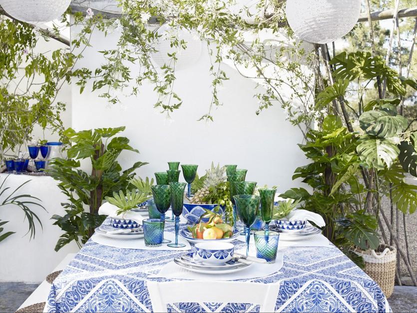 Wiosenna propozycja od marki Zara Home. Świeża i lekka. Na zdjęciu: zastawa stołowa z kafelkowym wzorem oraz dwukolorowe kieliszki z kwiatowym wzorem. 29,90-139 zł (zastawa), 29,90 zł (kieliszki), Zara Home.