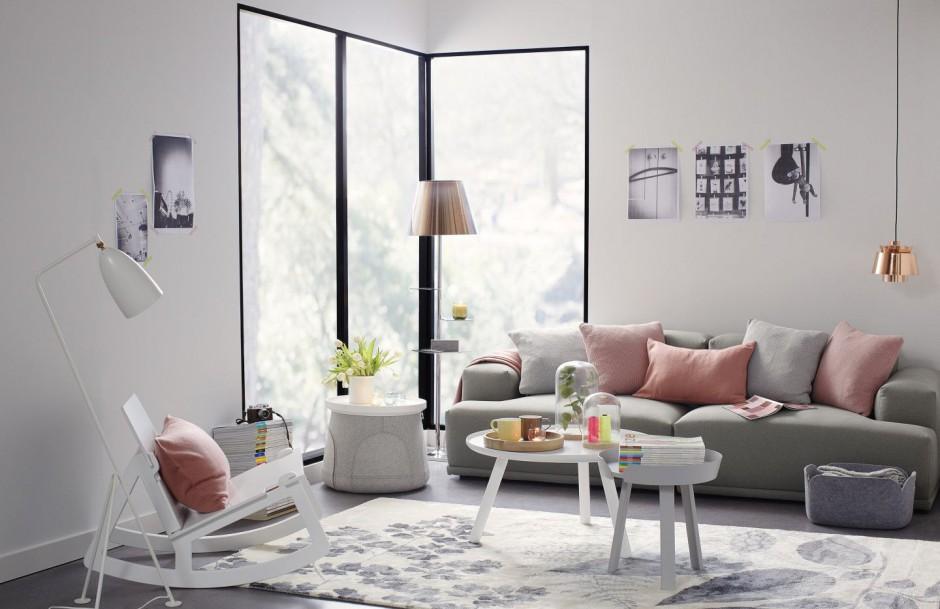 Brzoskwiniowe poduszki ożywią smutną sofę. Fot. Occa-Home.