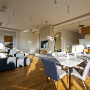 Słoneczne mieszkanie w nowoczesnym stylu: duża galeria zdjęć wnętrza
