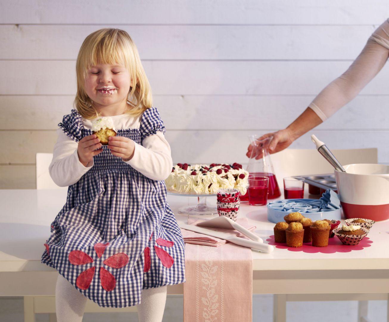 Akcesoria do pieczenie z oferty IKEI. 29,99 zł (blacha do pieczenia muffinów Drömmar z nieprzywierającą powłoką Teflon®Classic), 19,99 zł (formy do ciasta Drömmar), 49,99 zł (szklana patera z pokrywą ARV Bröllop), IKEA.