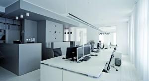 Wnętrze pracowni architektonicznej, choć mieści się w XIX-wiecznej kamienicy, jest na wskroś współczesne. Duża, otwarta przestrzeń zapewnia swobodną komunikację między pracownikami, a prostota i neutralna kolorystyka sprzyjają skupi