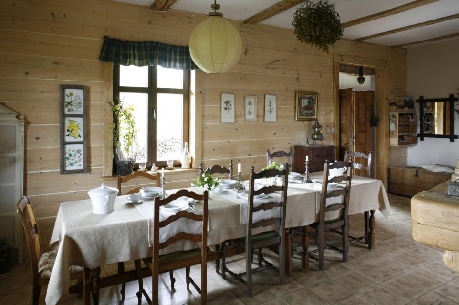 Przestronna jadalni jest Kuchnia w drewnianym domu