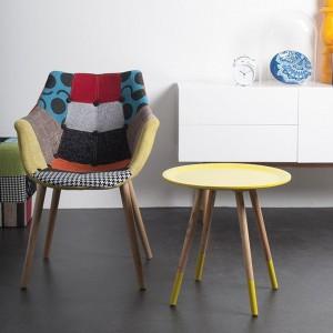 Żółty stolik Two Tone świetnie sprawdzi się w sypialni jako stolik nocny. Połączenie sklejki jesionowej i kolorowej okleiny. Fot.Zuiver.