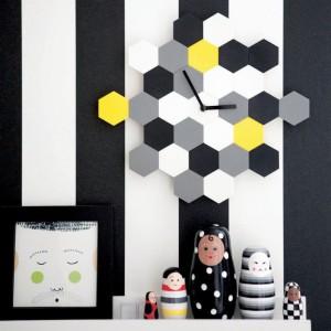 Zegar ścienny Smycke z żółtymi elementami. Fot. Ikea.
