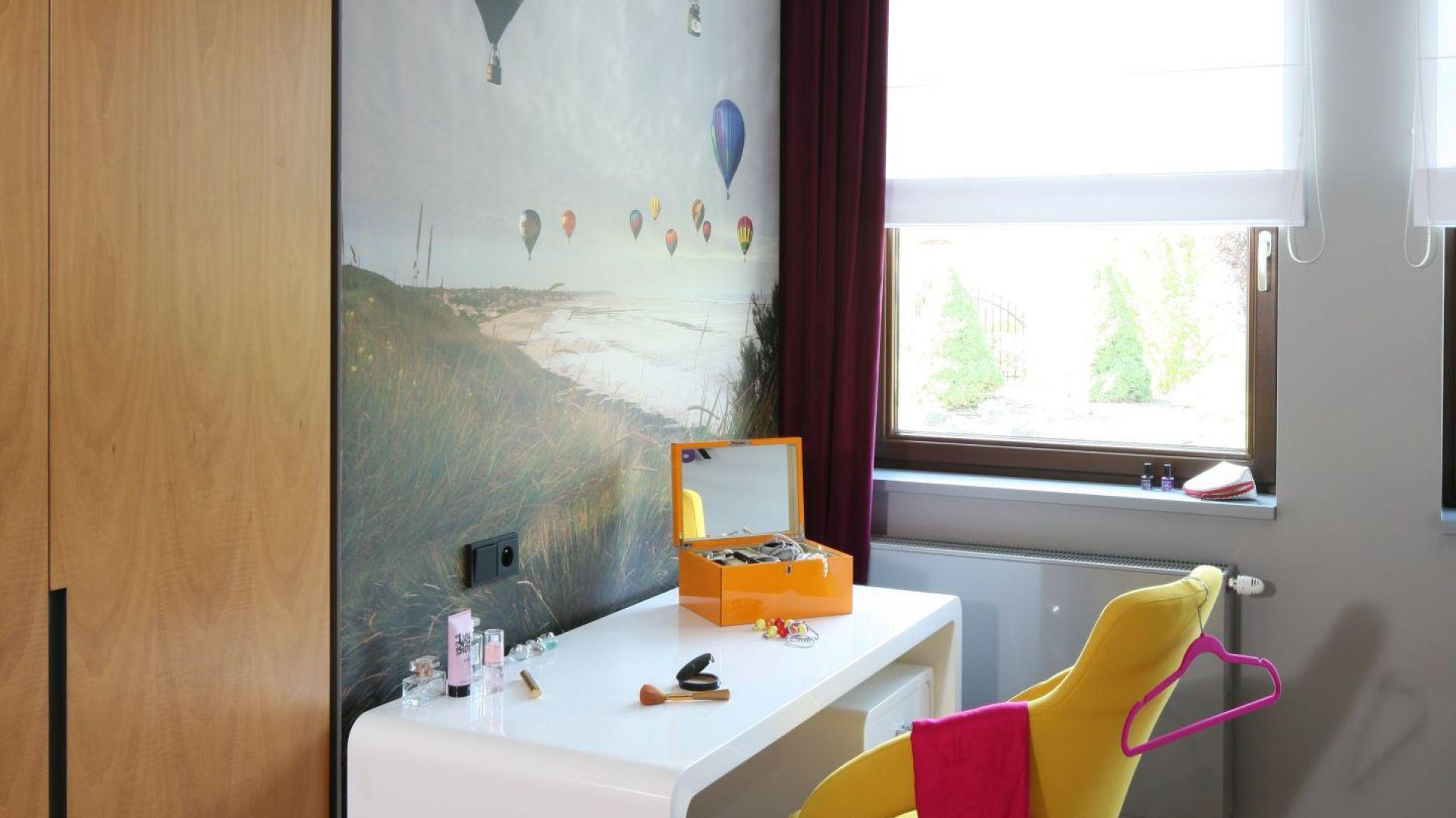 Ścianę przed biurkiem zdobi fototapeta przedstawiająca kolorowe balony. Do nich nawiązuje formą oprawa głównego oświetlenia. Fot. Bartosz Jarosz.