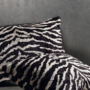 Poduszki z tkaniny imitującej skórę zebry. Fot. Mark Alexander.