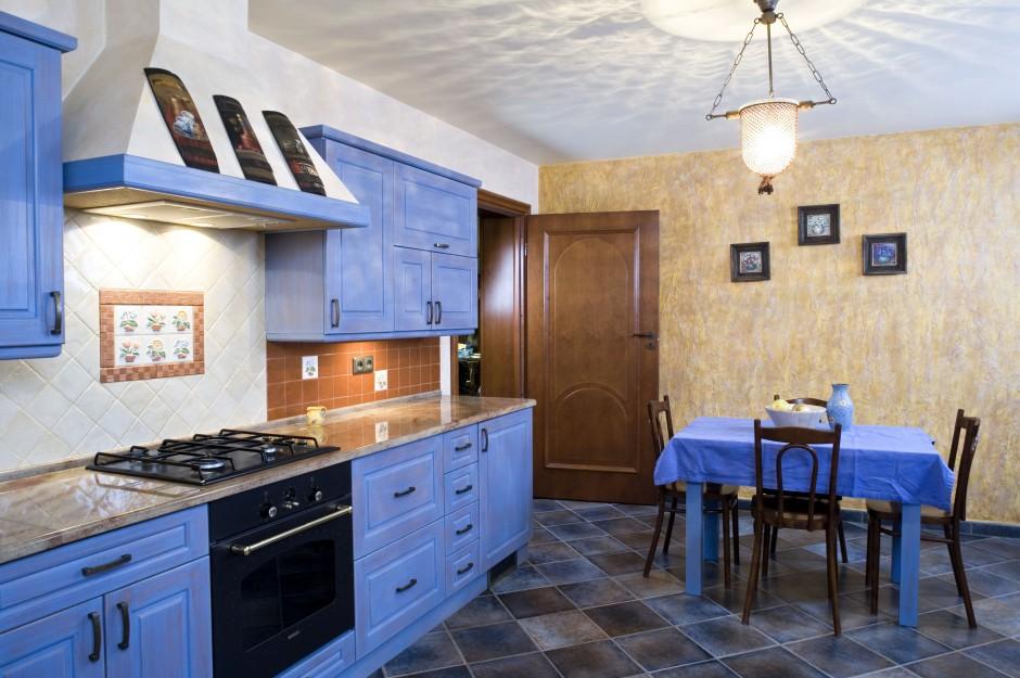 Kolor niebieski znalazł Kuchnia w drewnianym domu