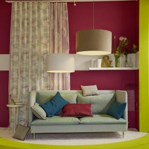 Jasne zasłony stanowią ciekawe uzupełnienie kolorowego wnętrza. Fot. Decoteam.