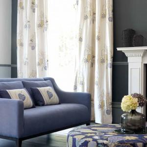Kolor wzoru na zasłonach nawiązuje do barwy tapicerki. Fot. Villa Nova.