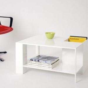Praktyczny stolik Bigfoot z miejscem na książki. Fot. Studio Julian Appelius.