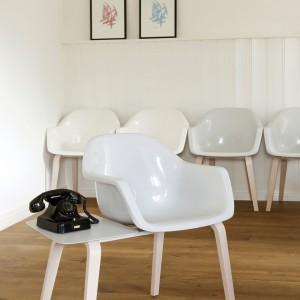 Krzesło z mini stolikiem Les Brunis. Fot. Studio Julian Appelius.