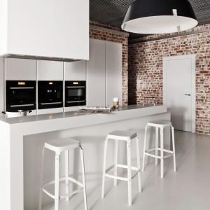 Biała kuchnia: elegancka i otwarta na salon