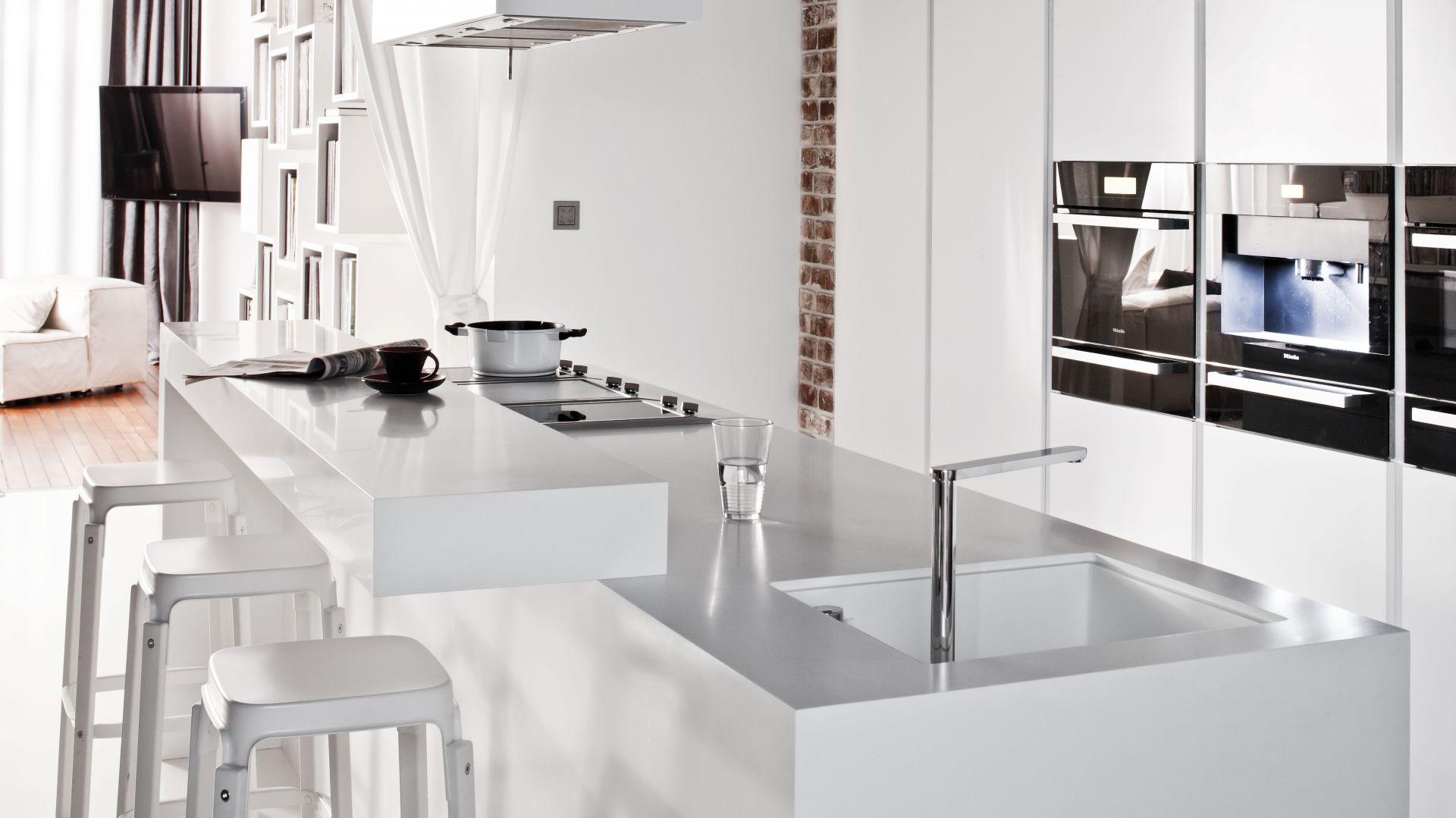 Z jednej strony wyspy Biała kuchnia elegancka i   -> Biala Kuchnia Elegancka