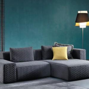 Zielona ściana stanowi znakomite tło dla sofy. Fot. Divanidea.