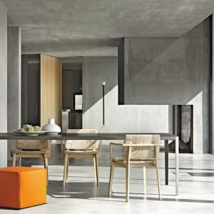 Pomarańczowa pufa nadaje apetyczny wygląd jadalnianej części salonu. fot. Lema