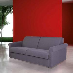 Czerwona ściana znakomicie kontrastuje z szarą sofą. Fot. Milano.