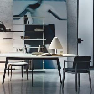 Krzesło w żywym kolorze nada szaremu wnętrzu lekko ekstrawagancki charakter. Fot. Lema