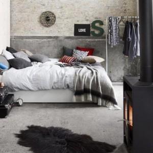 Białe, lakierowane łóżko o prostej formie. Fot.BoConcept.