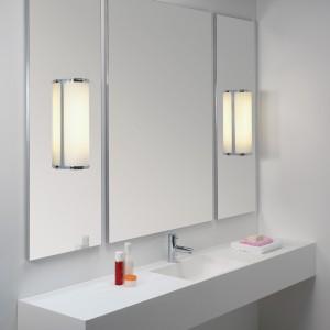 Oświetlenie zamontowane bezpośrednio na lustrze zapewnia bardziej równomierne i intensywne rozchodzenie się światła.