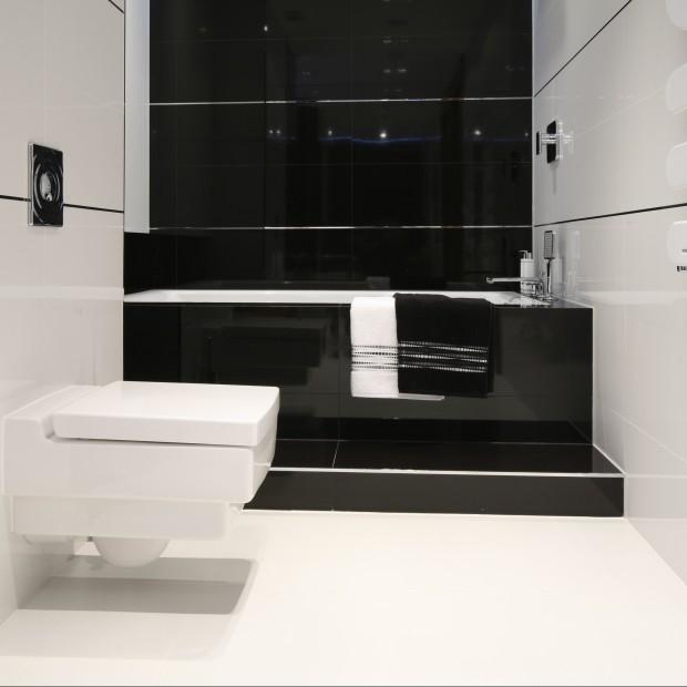 Czarno - biała łazienka w mieszkaniu z widokiem na morze