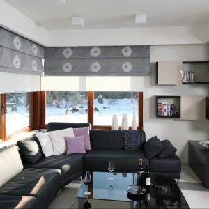 Duże okna pięknie doświetlają salon oraz całą otwartą strefę dzienną. Projekt: Małgorzata Borzyszkowska. Fot. Bartosz Jarosz.