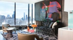 Ściany w salonie najczęściej zdobimy dziełami sztuki lub zdjęciami rodzinnymi. Jednak równie efektownie można je ozdobić innymi, mniej popularnymi dekoracjami. Zobacz, jak urozmaicić pustą ścianę.