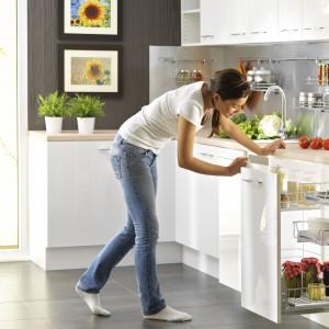 Szuflady kuchenne z mocowaniem do frontu. Zapewniają pełne wysunięcie, dzięki czemu mamy doskonały dostęp do wszystkich przechowywanych produktów. Wycena indywidualna, Nomet.