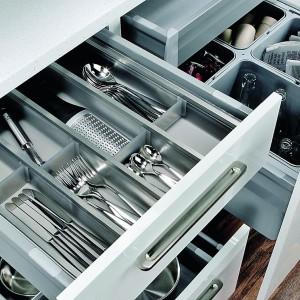 Pełne wyposażenie do organizacji przestrzeni w szufladach. Dostępne są wkłady wykonane z tworzywa sztucznego, stalowe lub drewniane. Wycena indywidualna, Häfele.