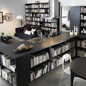 W tej kuchni wyspa została bardzo ciekawie zaplanowana. Nie dość, że pełni centrum gotowania to jeszcze zapewnia naprawdę sporą powierzchnię przechowywania. Można tu ustawić książki, talerze, filiżanki oraz wszystkie inne kuchenne drobiazgi. Wycena indywidualna, IKEA.