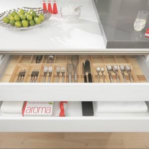 Wkład do szuflad na sztućce oraz inne kuchenne akcesoria. Wykonany z drewna. Szerokie przegródki są wygodne w użytkowaniu. Wycena indywidualna, Wellmann.