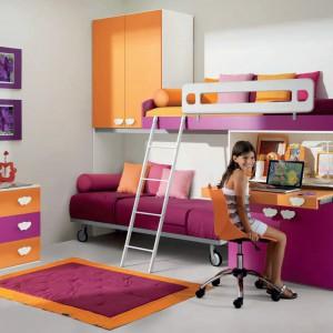 Malinowo-pomarańczowy zestaw mebli z kolekcji Sofi. Fot. Battistella.