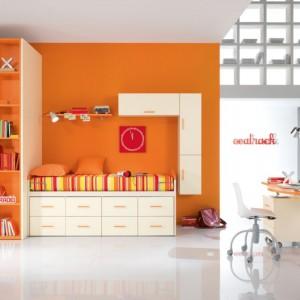 Intensywna barwa ociepla jasny pokój. Fot. Sapar.it.