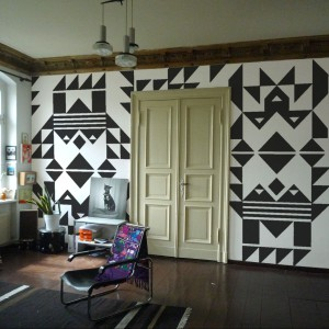 Geometryczna fototapeta Totem Art Gallery to propozycja marki Tres Tintas. Fot. Tres Tintas.
