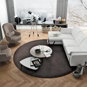 Drewniana podłoga znakomicie ociepla nowoczesne wnętrze. Fot. Colombini Casa.