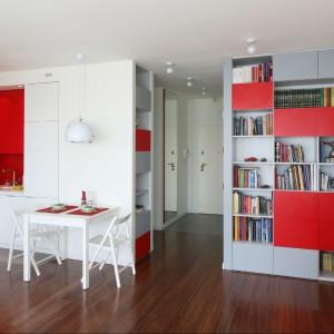 Trzy kolory w jednym wnętrzu: czerwony, biały, szary