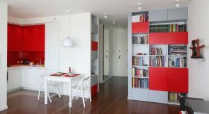 W tym wnętrzu główną rolę gra kolor. Intensywną czerwień odnajdziemy w każdej części mieszkania. Towarzyszy jej biel i szarość – trzy kolory zastosowane w odpowiednich proporcjach tworzą niepowtarzalne wnętrze.