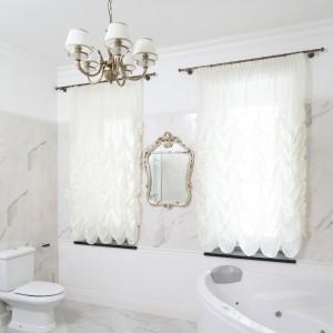 Łazienka, dzięki zastosowanej kolorystyce jest bardzo jasna i przestronna. Projekt: Małgorzata Goś. Fot. Bartosz Jarosz.
