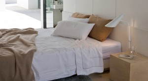 W każdej sypialni obowiązkowym oświetleniem są lampki znajdujące się obok łóżka. Coraz częściej klasyczne oświetlenie stawiane na nocnym stoliku zastępują lampy ścienne.