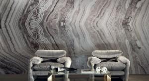 Ściana wyróżniona materiałem innym niż farba czy tapeta wygląda znacznie bardziej efektownie. W roli okładziny ściennej doskonale sprawdzą się płytki z kamienia naturalnego jak i oraz cegła.