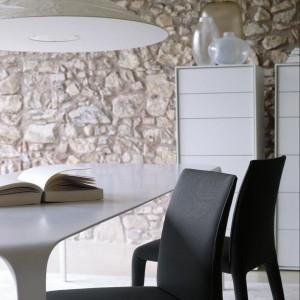 Ścianie z kamienia nie potrzebna jest już żadna dekoracja. B&B Italia.