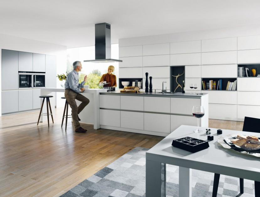 Kuchnia z kolekcji Glassline. Nowoczesna forma i biały kolor nadają wnętrzu lekkości i eleganckiego wyglądu. Wycena indywidualna, Schüller.