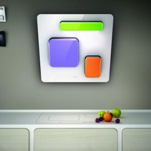 Okap Feel to mozaiki oparte na prostym ruchu. Energia płynie w górę i w dół jego powierzchni, aktywując światło i powietrze za pomocą dotyku. Wykończenie: polerowane i satynowane szkło + kolory. Maksymalna wydajność: do 700 m³/h. 8.499 zł, Elica/Comitor.