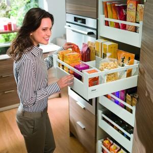 Szuflada Tandembox antaro dostępna jest w kilku wariantach: z relingiem, wysoką ścianką boczną lub dekorem, biała, czarna i szara z dopasowanymi kolorystycznie i stylistycznie elementami dodatkowymi, jak relingi czy podział wewnętrzny. Wycena indywidualna, Blum.