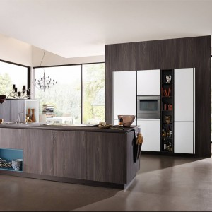 Wysoka zabudowa zapewnia zarówno miejsce na przechowywanie wszelkich sprzętów, jak i miejsce na wyeksponowanie ciekawego kuchennego wyposażenia. Wygospodarowani w niej również miejsce na piekarnika. Na zdjęciu: meble kuchenne z programu Alnostar firmy Alno.