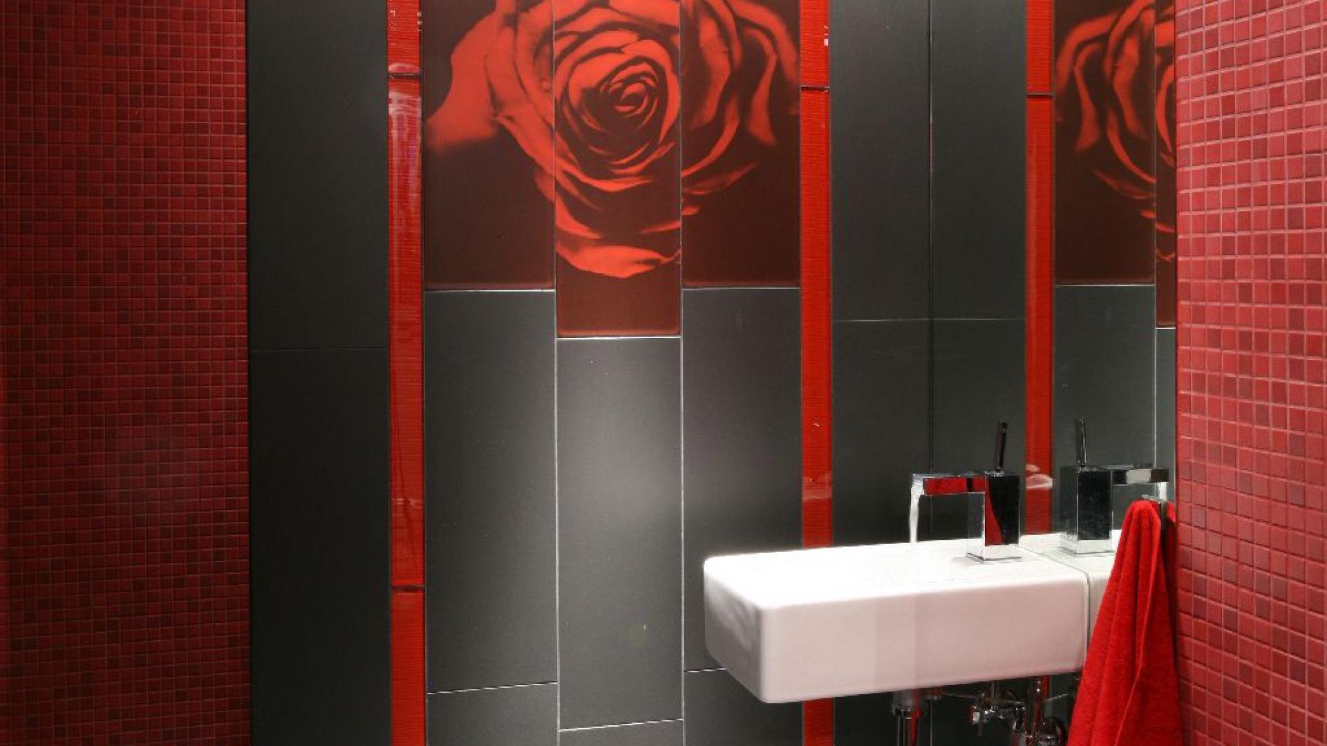Róża - główny motyw w niewielkiej łazience. Fot. Bartosz Jarosz.